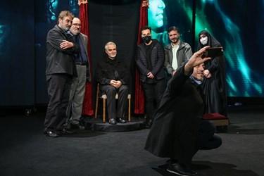 عکس یادگاری جمعی از هنرمندان با خانواده و تندیس شهید سپهبد قاسم سلیمانی در برج میلاد پس از رونمایی