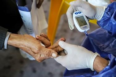 در صورت نیاز و تشخیص غربالگران، تست قند خون از مراجع کنندگان گرفته می شود.