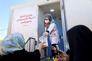 در این سفر کاروان سلامت بنیاد احسان ستاد اجرایی فرمان امام(ره)، گروه را همراهی و از فضای داخلی  ماشین به عنوان قسمت داروخانه استفاده  می شود.