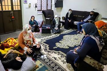 پزشک و یکی از غربالگران گروه جهادی پزشکی شهید کاظمی آشتیانی، در منزل یکی از بیماران که وضعیت جسمی مناسبی نداشت، حضور پیدا می کنند.