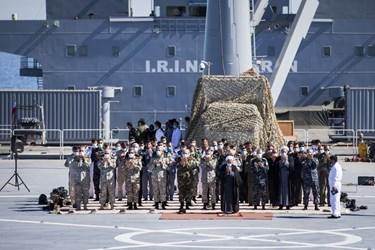 اقامه نماز ظهر و عصر فرماندهان در مراسم  الحاق ناوبندر مکران به ناوگان نیروی دریایی ارتش جمهوری اسلامی ایران در منطقه سوم نیروی دریایی در کنارک