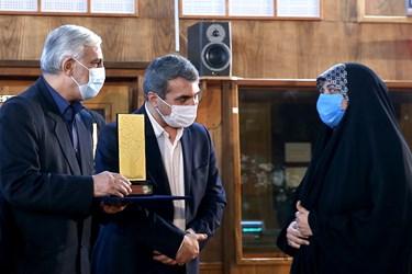 تقدیر از نفیسه اسماعیلی خبرنگار خبرگزاری فارس در  اختتامیه نوزدهمین دوره جشنواره کتاب و رسانه