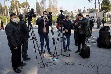 انتظار خبرنگاران برای ورود اعضای هیئت .  ۲۴ دی ۹۹