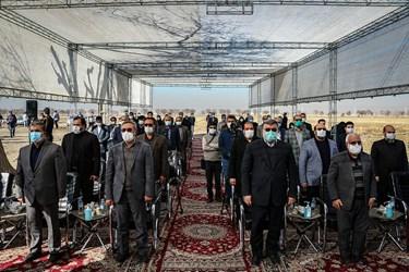 اجرای سرود ملی کشور در مراسم آغاز عملیات ساخت مسکن نیازمندان.