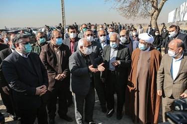 حضور مسئولین ارشد استانی و مدیریت شهری مشهد در مراسم آغاز ساخت پروژه ۱۰۰۰ واحدی مسکن نیازمندان در حاشیه شهر مشهد.