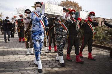 حمل پیکر مطهر 4 شهید گمنام دوران دفاع مقدس توسط گروه تشریفات یگان های مسلح استان آذربایجان شرقی