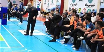 سرمربی تیم ملی والیبال نشسته: هیچ کس از مدیران ورزشی مطالبهگری نمیکند/تیمها در اردوی برون مرزی تفریح میکنند