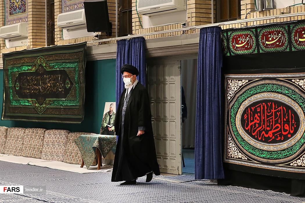 ورود رهبر انقلاب اسلامی به حسینیه امام خمینی(ره) در مراسم عزاداری شب شهادت حضرت فاطمه زهرا(س)