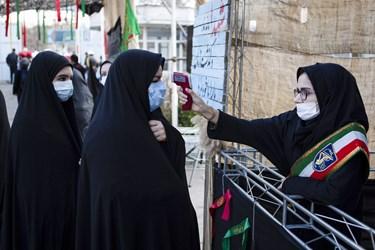 غربالگری و تب سنجی حاضران در مراسم خاکسپاری پیکر مطهر شهید گمنام در دانشگاه فرهنگیان تبریز