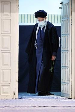 ورود رهبر انقلاب اسلامی به حسینیه امام خمینی(ره) در مراسم شام شهادت حضرت فاطمه زهرا(س)