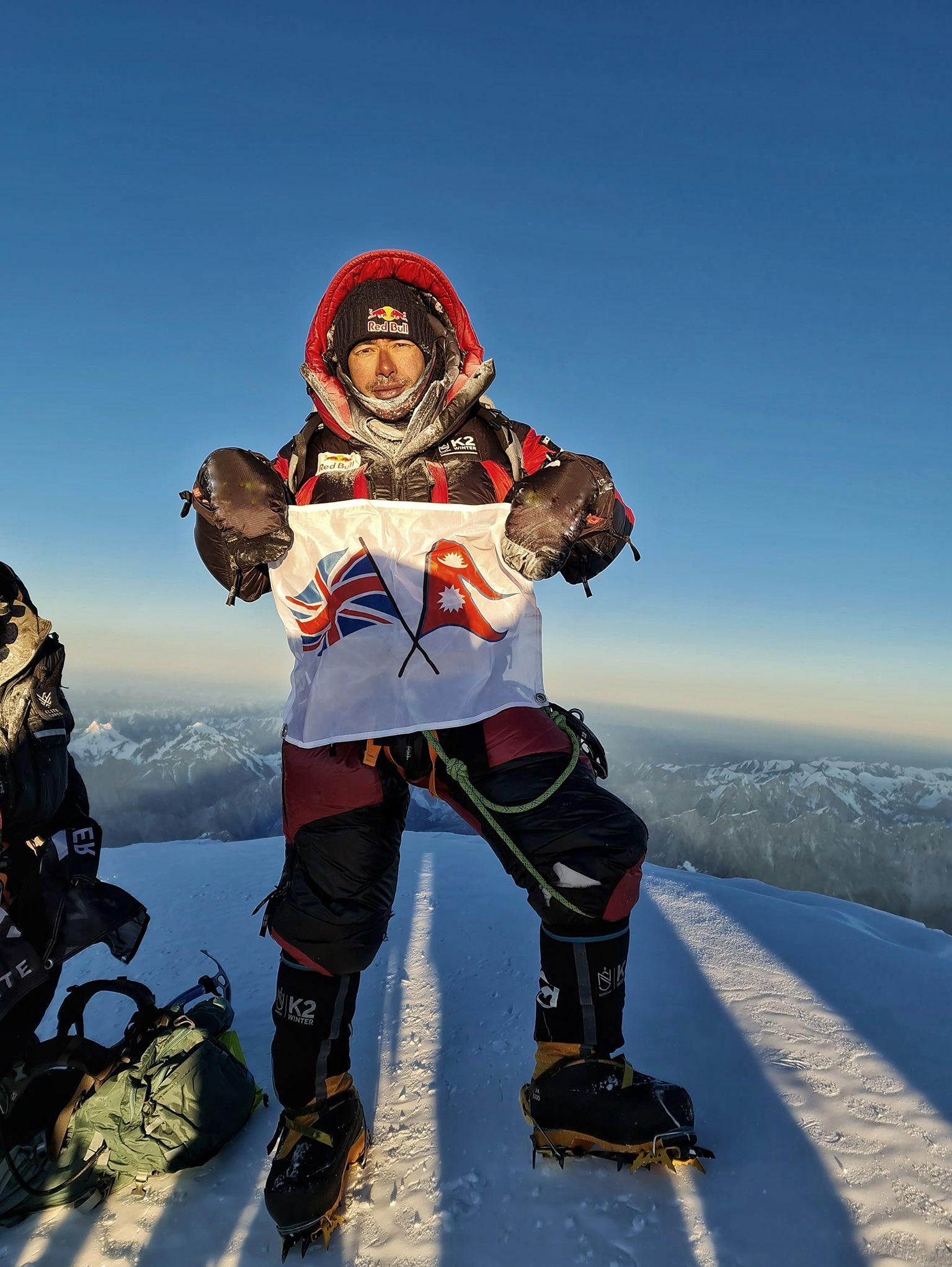 تصویری از کوهنورد مشهور بر فراز قله K2