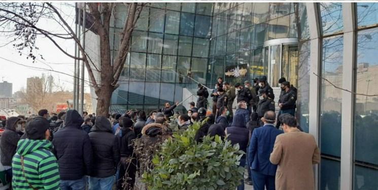تجمع سهامداران حقیقی مقابل بورس تهران
