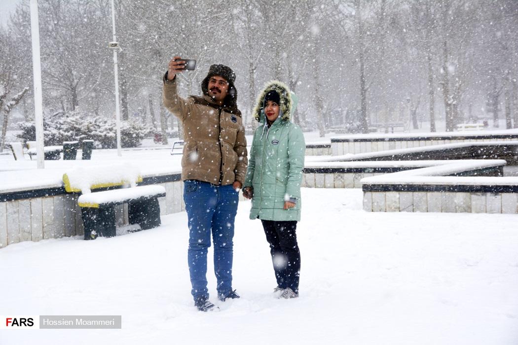 مردم در حال عکاسی با منظره برفی