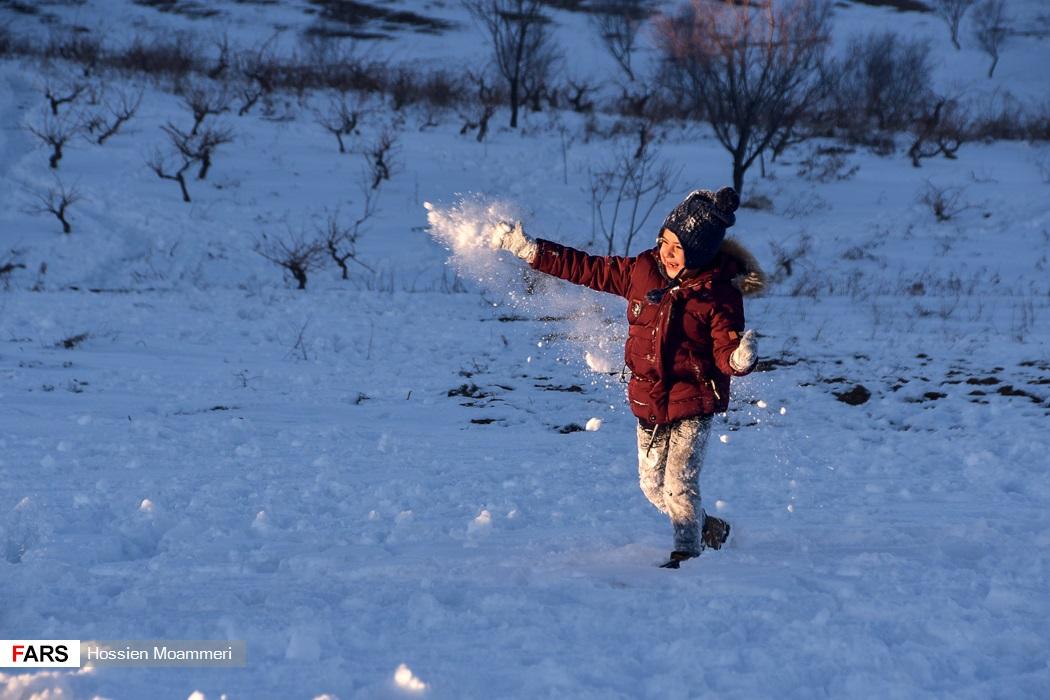 مردم در حال برف بازی در اطراف بجنورد