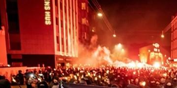 فیلم| اعتراضات علیه محدودیتهای کرونایی در دانمارک/ آدمک نخستوزیر به آتش کشیده شد