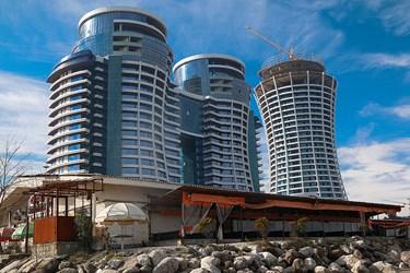 رستوران ساخته شدهی غیرمجاز در ساحل در سلمانشهر ساعاتی پیش  از آغاز عملیات تخریب