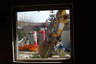 خارج كردن وسايل آشپزخانه قبل از تخريب بنا