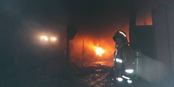 آتشسوزی گسترده در انبار روغن زنجان/ برق و گاز منطقه قطع شد