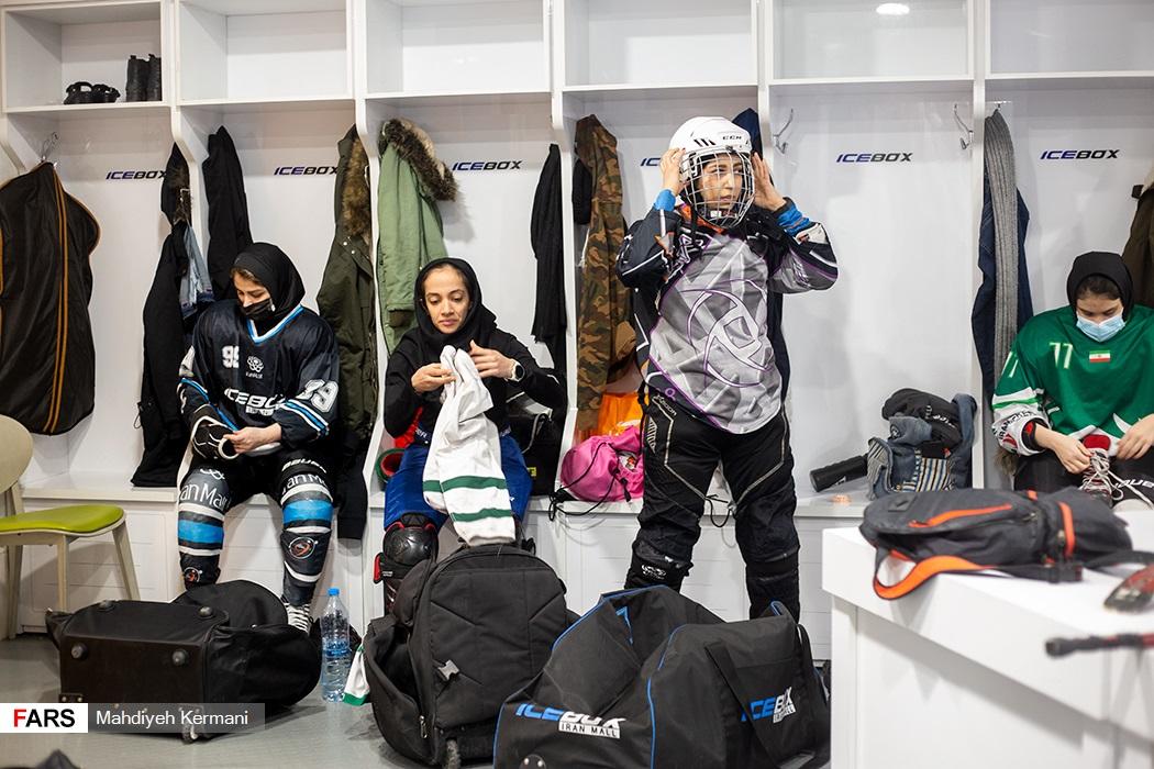 آماده شدن بازیکنان در رختکن پیش از شروع تمرینات تیم ملین
