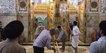 مداحی خادم آستان حضرت عباس (ع) هنگام شستوشوی حرم+ فیلم
