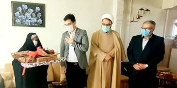 تجلیل از دو خانواده شهید مدافع سلامت همدان