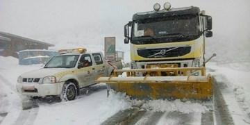 بارش برف و وزش باد شدید در برخی جادهها/استقرار و گشتزنی راهداری در محورهای پربارش
