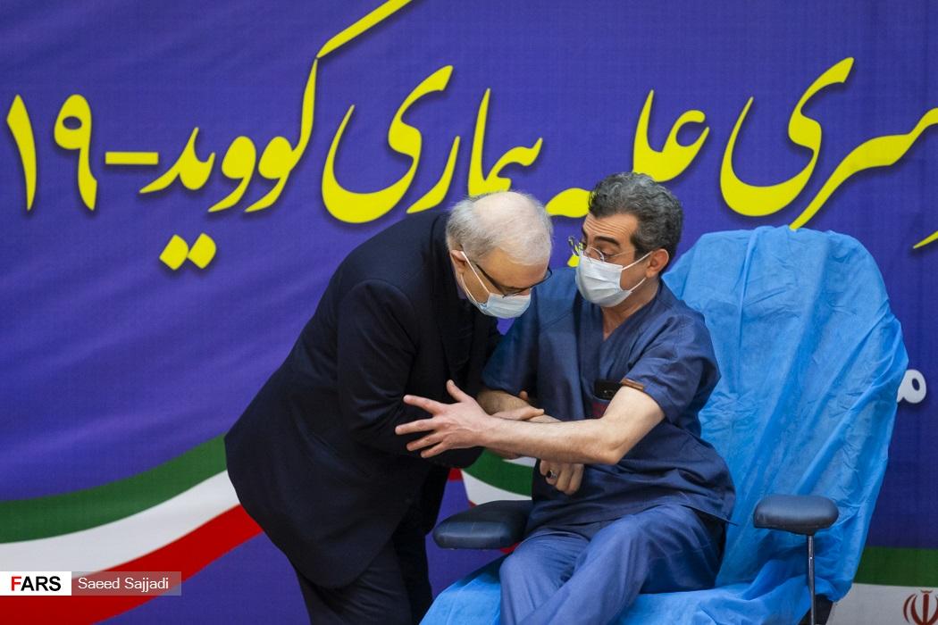 تجلیل وزیر بهداشت از فتاح قاضی رییس بخش ICU اورژانس بیمارستان امام خمینی، پس از دریافت واکسن کرونا اسپوتنیک-5