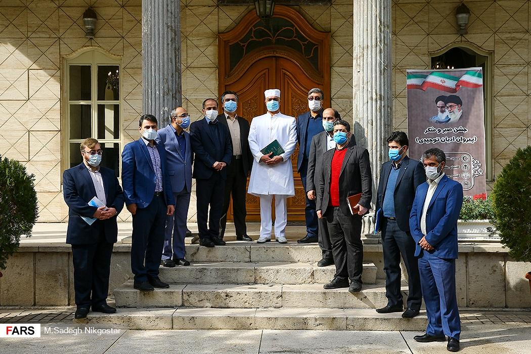عکس یادگاری جشن صبر و شکر پیروان ادیان توحیدی در آتشکده آدریان