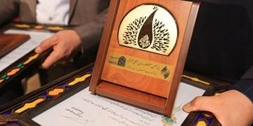تندیس طلایی شعر فجر در دست برندگان/ تجلیل از ۱۴ شاعر دفاع مقدس