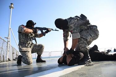 اجرای سناریوی عملیات دستگیری دزدان دریایی و آزادسازی کشتی توسط نیروهای عملیات ویژه نیروی دریایی ارتش و سپاه پاسداران و روسیه