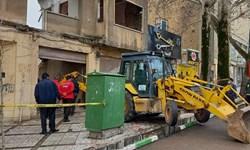 ریزش ساختمان متروکه در خیابان شهید اشرفی اصفهانی  کرمانشاه/ آتشنشانی: احتمالا افرادی محبوس شدهاند