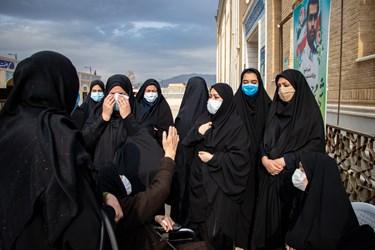حضور خانواده شهید مدافع امنیت محسن جعفری در مراسم تشییع در  حرم مطهر حضرت شاهچراغ(ع) شیراز