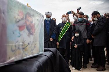 حضور خانواده و دختر شهید مدافع امنیت محسن جعفری و اقشار مختلف مردم  و مسئولین در مراسم تشییع شهید در حرم مطهر حضرت شاهچراغ(ع) شیراز
