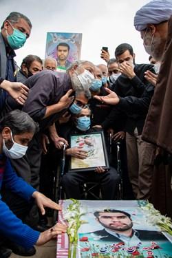 حضور خانواده شهید مدافع امنیت محسن جعفری و اقشار مختلف مردم  و مسئولین در مراسم تشییع در حرم مطهر حضرت شاهچراغ(ع) شیراز