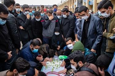 حضور خانواده شهید مدافع امنیت محسن جعفری و اقشار مختلف مردم در مراسم تشییع/ حرم مطهر حضرت شاهچراغ(ع) شیراز