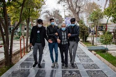 حضور پدر شهید مدافع امنیت محسن جعفری در گلزار مطهر شهدای دارالرحمه شیراز