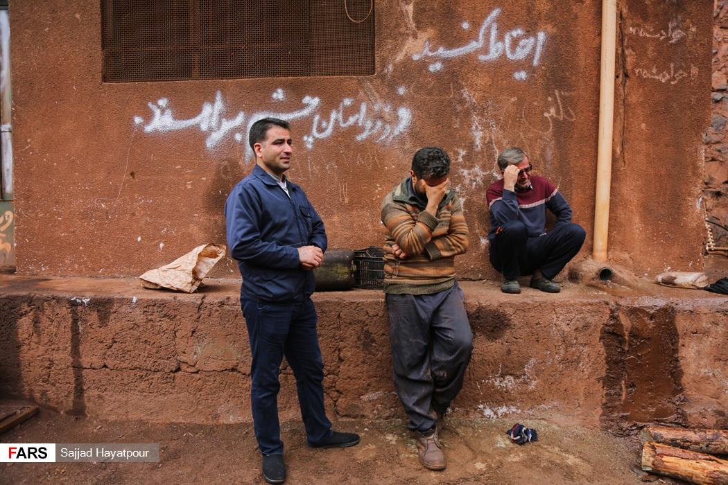 کارگران معدن منگنزمنطقه ونارچ قم در انتظار نجات محبوس شدگان در زیر آوار توسط نیروهای امدادی