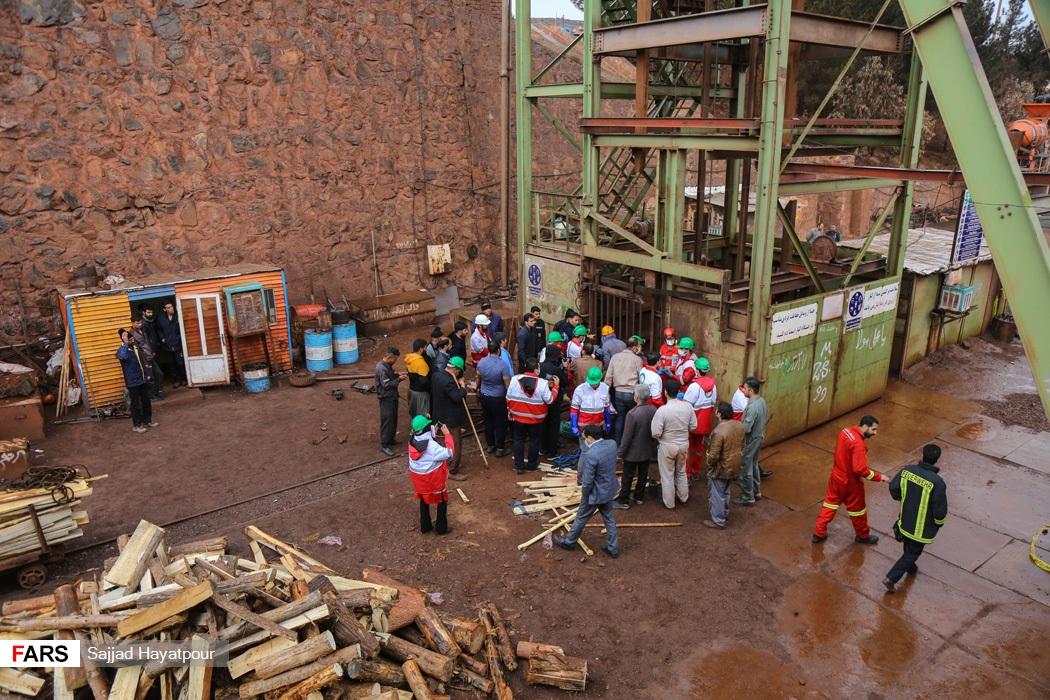 ورودی نیروهای امدادی به اعماق معدن منگنز ونارچ قم برای نجات کارگران محبوس شده