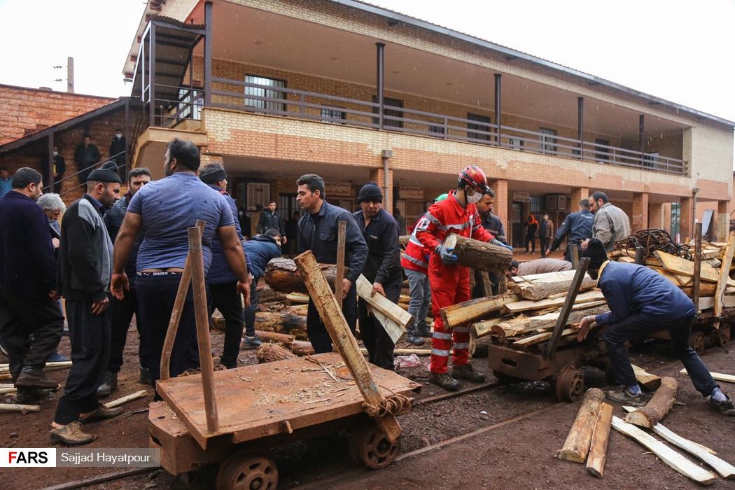 انتقال چوب به داخل معدن منگنزمنطقه ونارچ قم برای ایمن سازی و رهاسازی محبوس شدگان در زیر آوار