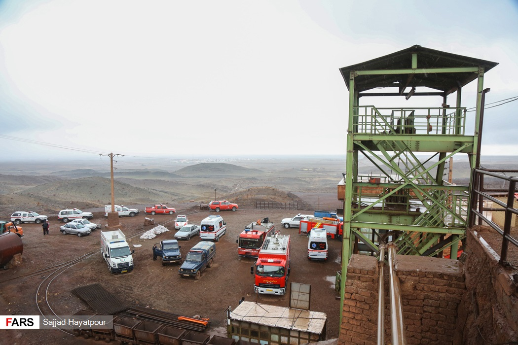 نیروهای امدادی جمعیت هلال احمر و سازمان آتشنشانی در محل ریزش معدن منگنز در منطقه ونارچ قم