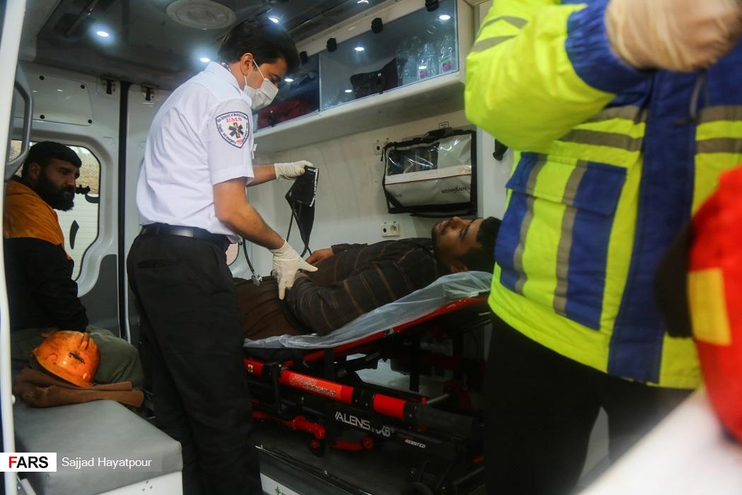 بررسی وضعیت جسمانی یکی از کارگران نجات یافته از حادثه ریزش معدن منگنز منطقه ونارچ قم