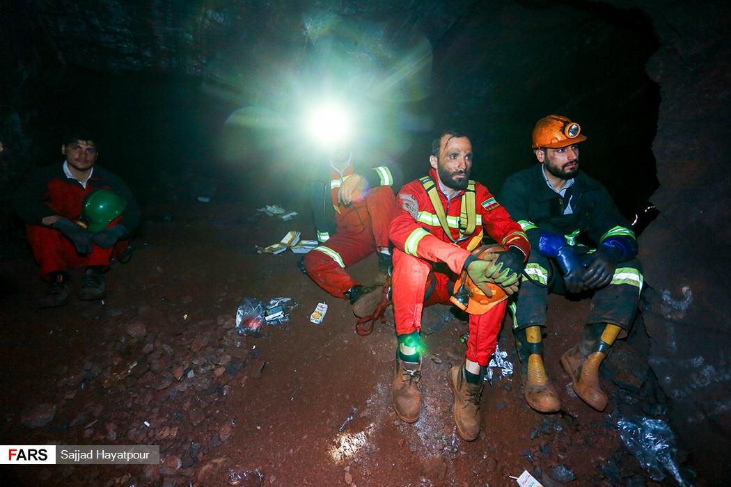 نیروهای امدادی جمعیت هلال احمر و سازمان آتشنشانی حاضر در معدن منگنزمنطقه ونارچ قم برای نجات محبوس شدگان در زیر آوار