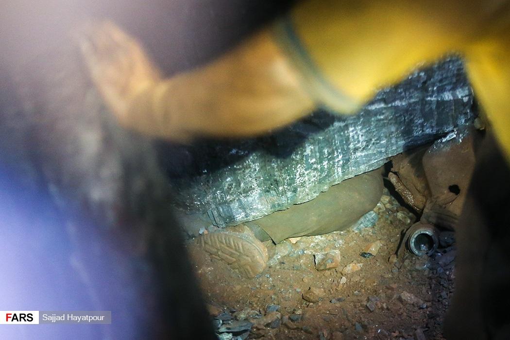یکی از کارگر معدن منگنزمنطقه ونارچ قم که در زیر آوار محبوش شده است.