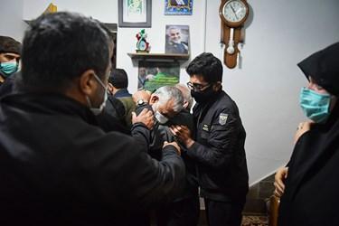 اشک های پدر شهید مصطفی نوروزی در شب وداع با پیکر فرزند خود