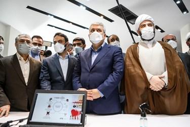 از سمت راست حجت الاسلام محمد قمی  رئیس سازمان تبلیغات اسلامی - سورنا ستاری اون علمی و فناوری رئیس جمهور و کمیل خجسته مدیر موسسه تبیان در مراسم رونمایی از سبد محصولات زندگی تبیان