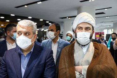 از سمت راست حجت الاسلام محمد قمی  رئیس سازمان تبلیغات اسلامی و سورنا ستاری معاون علمی و فناوری رئیس جمهور در مراسم رونمایی از سبد محصولات زندگی تبیان