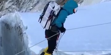 فیلم| عبور کوهنوردان از دره یخی وحشتناک در اورست