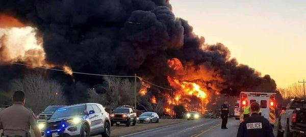 13991205001018 Test NewPhotoFree - فارس  انفجار بزرگ در پی برخورد قطار و تریلی در تگزاس