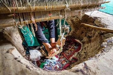برای استفاده از ابزار بافندگی، دستها و پاها دخالت دارد