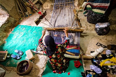 ننه شهربانو از 20 سالگی کار بافندگی را شروع کرده است